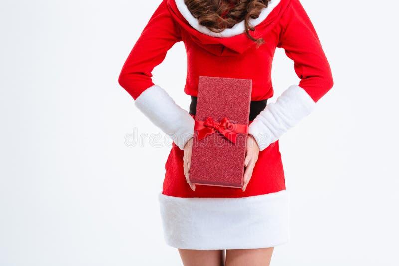 Πίσω άποψη του δώρου Χριστουγέννων εκμετάλλευσης γυναικών πίσω από την πλάτη στοκ εικόνες