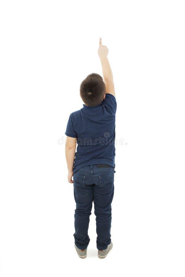 Πίσω άποψη των σημείων μικρών παιδιών στον τοίχο απομονωμένο οπισθοσκόπο λευκό στοκ εικόνες με δικαίωμα ελεύθερης χρήσης