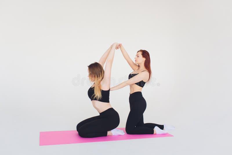 Πίσω άσκηση στη γυμναστική με τον προσωπικό εκπαιδευτή στοκ φωτογραφίες