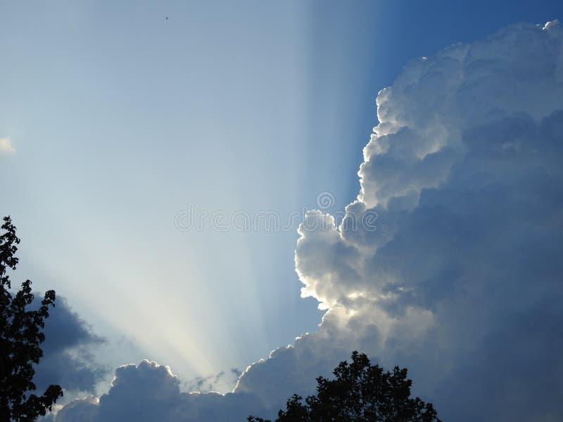 Πίσω από αυτό το μεγάλο σύννεφο της βροχής και της θύελλας, ο ήλιος φαίνεται να θέλει να επιστρέψει στοκ φωτογραφίες με δικαίωμα ελεύθερης χρήσης