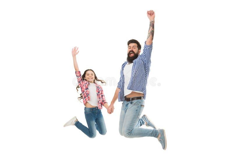 Πίσω από κάθε μεγάλη κόρη είναι αληθινά καταπληκτικός μπαμπάς Ευτυχής πατέρας και λίγη κόρη που πηδούν με τη χαρά Γενειοφόρο άτομ στοκ φωτογραφία