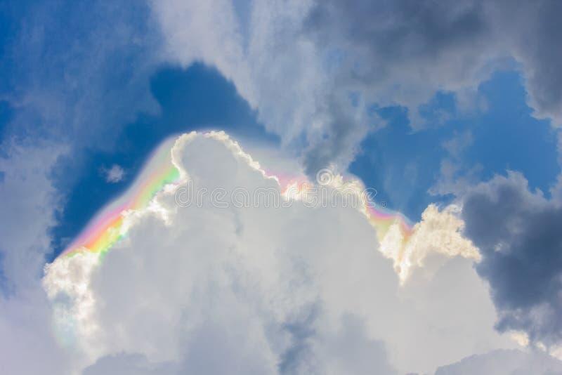 Πίσω από κάθε σκοτάδι το σύννεφο είναι ένα ουράνιο τόξο! στοκ εικόνα με δικαίωμα ελεύθερης χρήσης