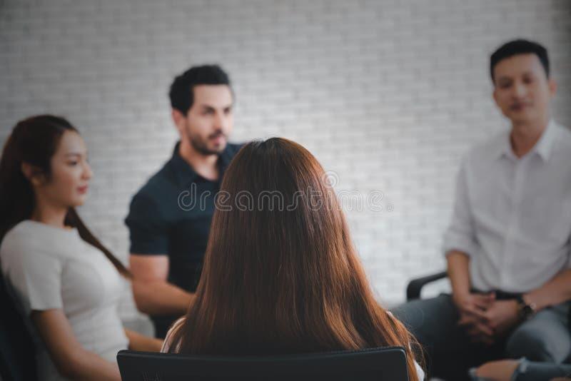 Πίσω από μακριά μαλλιά γυναίκα σε κυκλική σύσκεψη στοκ εικόνες με δικαίωμα ελεύθερης χρήσης