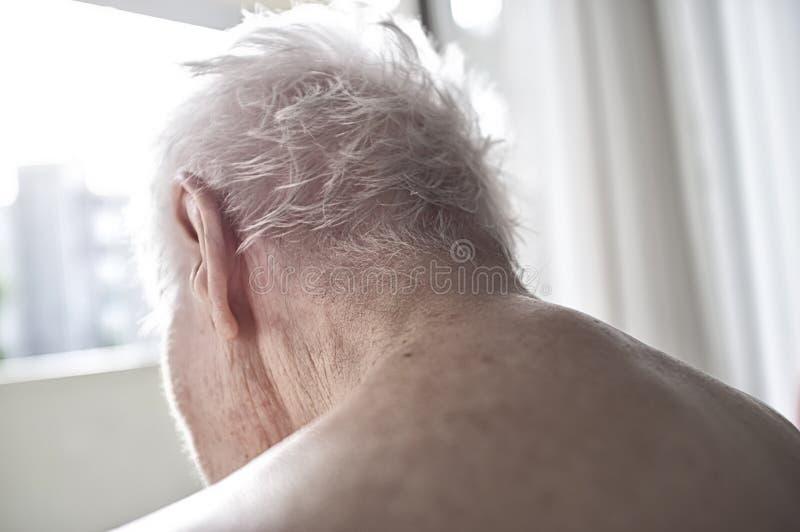 Πίσω από της ηλικιωμένης γυναίκας στοκ εικόνες με δικαίωμα ελεύθερης χρήσης