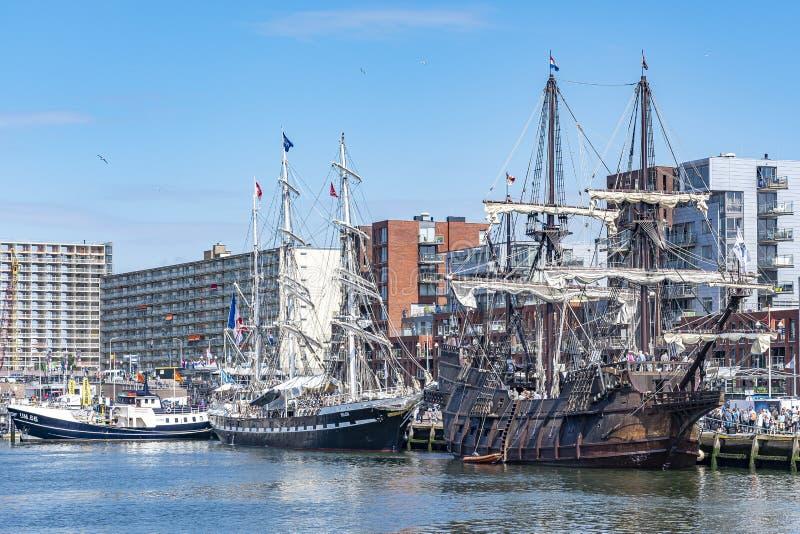 Πίσω από το γαλόνι EL Galeón και το σκάφος Βηθλεέμ είναι τα σύγχρονα σκάφη στο λιμένα του Scheveningen στοκ εικόνες