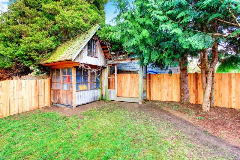 Πίσω αυλή με το ξύλινο υπόστεγο φρακτών και σιταποθηκών στοκ φωτογραφία με δικαίωμα ελεύθερης χρήσης
