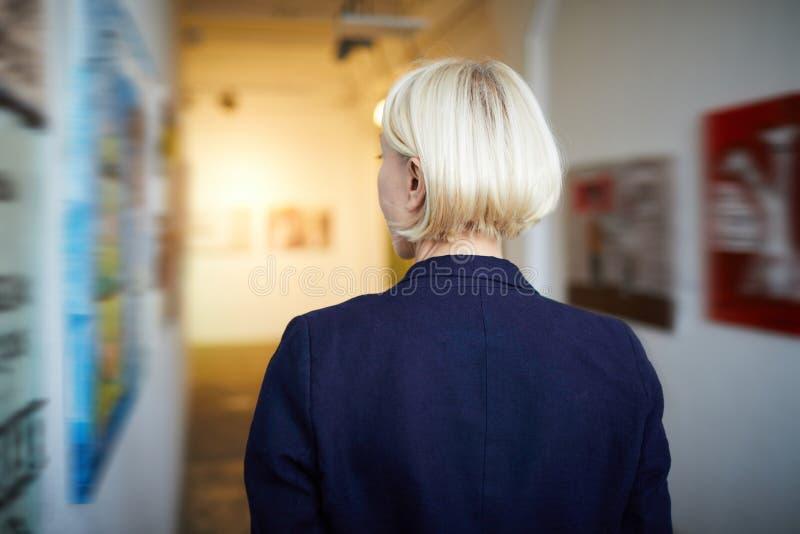 Πίσω γυναίκα άποψης στο γκαλερί τέχνης στοκ φωτογραφία με δικαίωμα ελεύθερης χρήσης