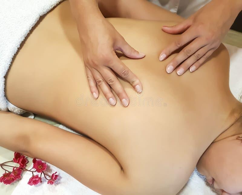 Πίσω επεξεργασία χαλάρωσης κοριτσιών μασάζ, επαγγελματική pressure spa επεξεργασία στοκ φωτογραφία