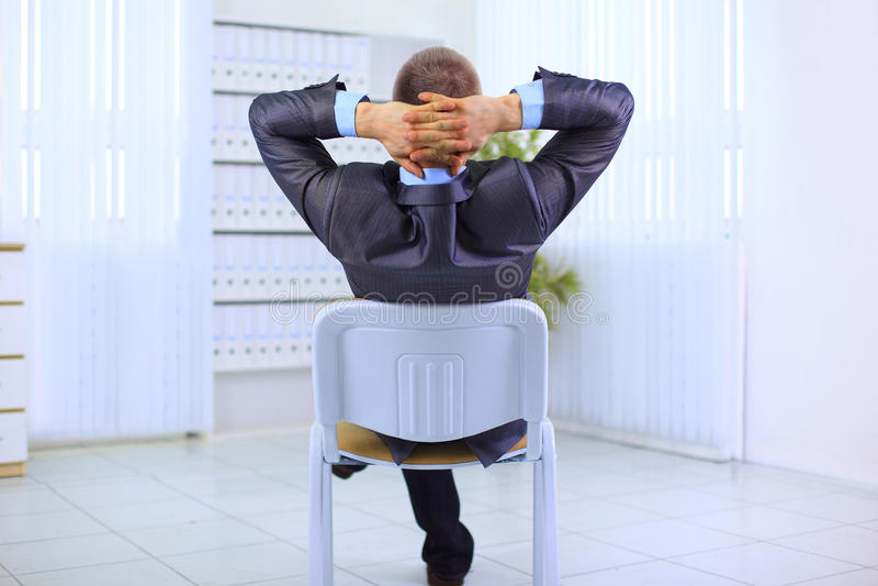 Download πίσω κλίνοντας άτομο επιχειρησιακών εδρών Στοκ Εικόνα - εικόνα από έδρα, κεφάλι: 22794813