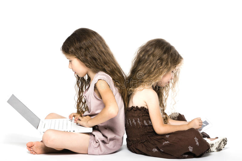 πίσω κορίτσια παιχνιδιών κονσολών λίγα που παίζουν στοκ φωτογραφίες