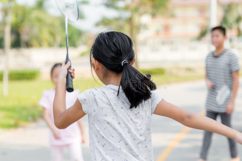 Πίσω μέρος θαμπάδων κινήσεων του παίζοντας μπάντμιντον κοριτσιών στοκ φωτογραφίες