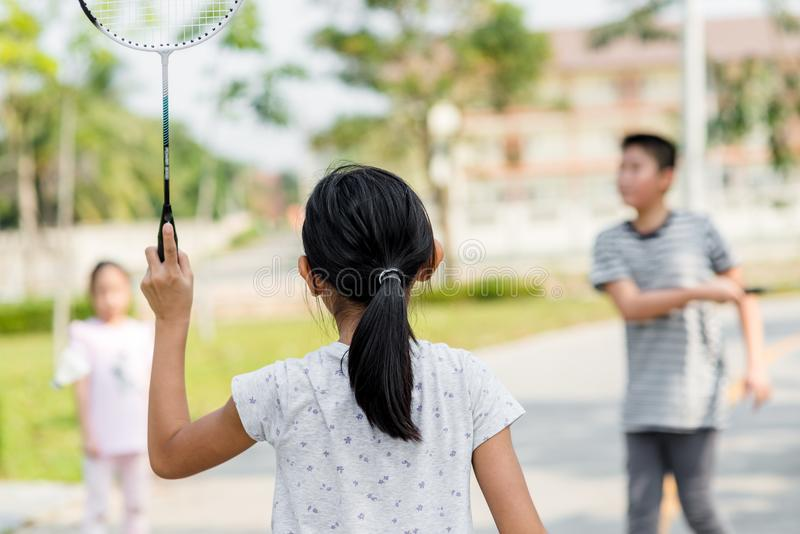 Πίσω μέρος θαμπάδων κινήσεων του παίζοντας μπάντμιντον κοριτσιών στοκ εικόνες