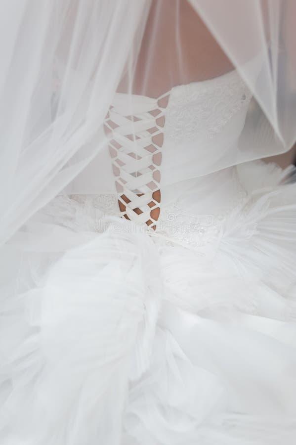 πίσω νύφη Να προετοιμαστεί πριν από την τελετή γάμος κατάταξης τεμαχίων φορεμάτων στοκ εικόνες