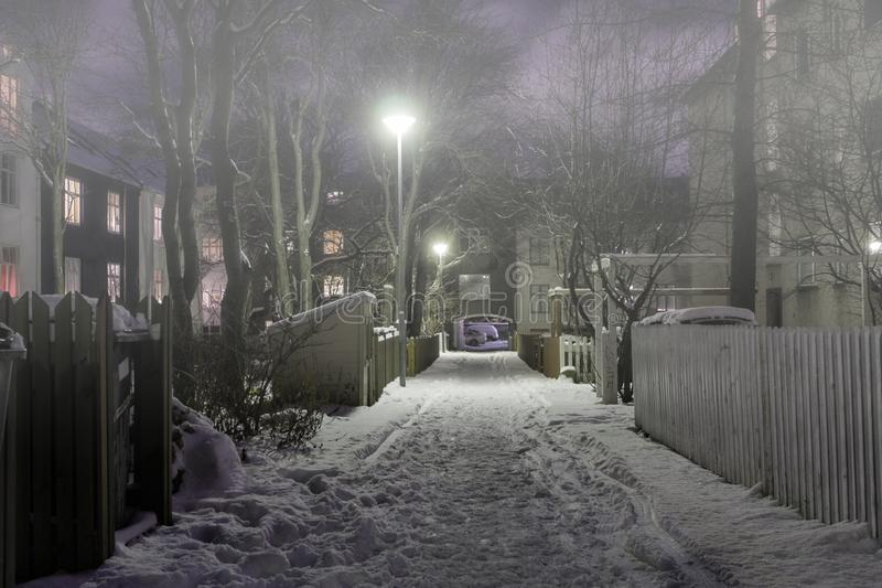 Πίσω οδός σε μια χειμερινή νύχτα στο Φόγκυ στοκ φωτογραφία