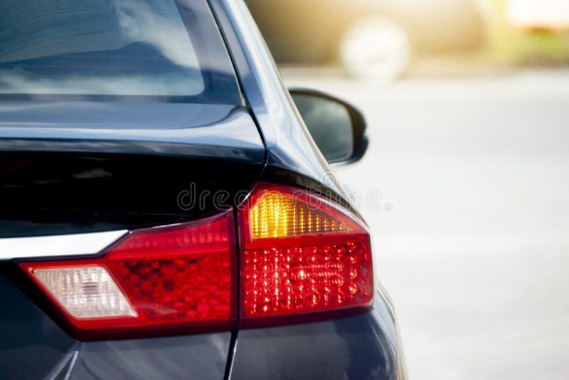 Πίσω πλευρά στο μαύρο αυτοκίνητο στο δρόμο στοκ εικόνες