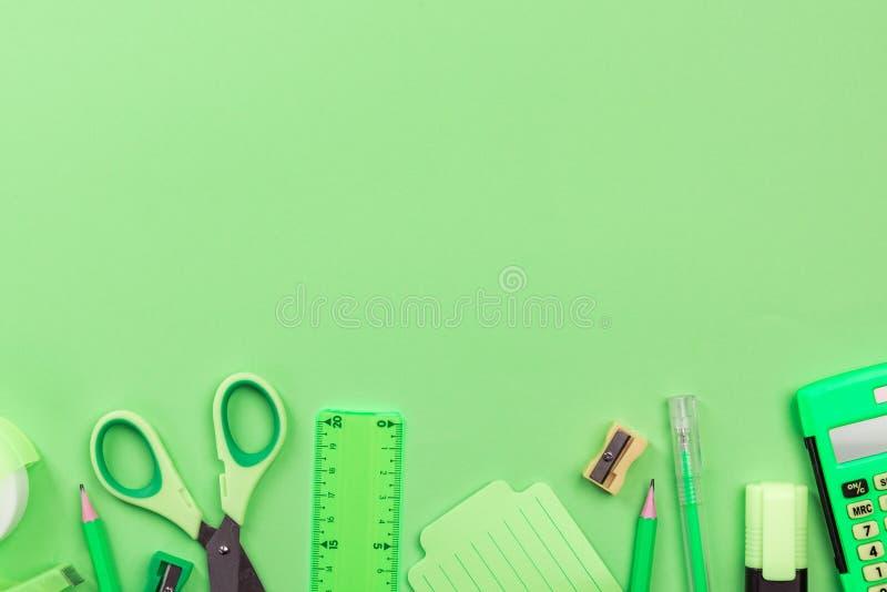 Πίσω προμήθειες γραφείων μαγισσών σχολικού στις πράσινες υποβάθρου, επίπεδες βάλτε στοκ φωτογραφία με δικαίωμα ελεύθερης χρήσης