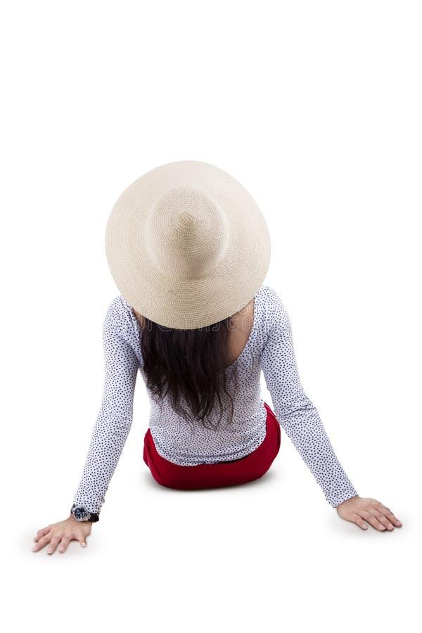Πίσω πλευρά της νέας συνεδρίασης γυναικών στο πάτωμα στοκ φωτογραφία με δικαίωμα ελεύθερης χρήσης