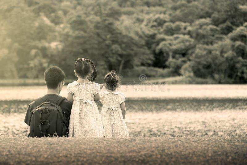 Πίσω πλευρά του πατέρα και της κόρης που στέκονται μπροστά από τον ποταμό στοκ φωτογραφία με δικαίωμα ελεύθερης χρήσης