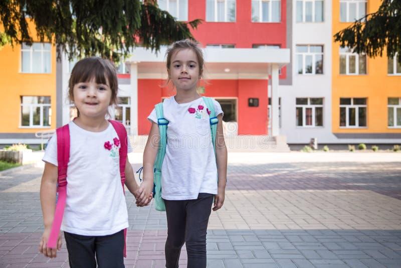Πίσω στην έννοια σχολικής εκπαίδευσης με τα παιδιά κοριτσιών, στοιχειώδεις σπουδαστές, φέρνοντας σακίδια πλάτης που πηγαίνουν στη στοκ φωτογραφίες με δικαίωμα ελεύθερης χρήσης