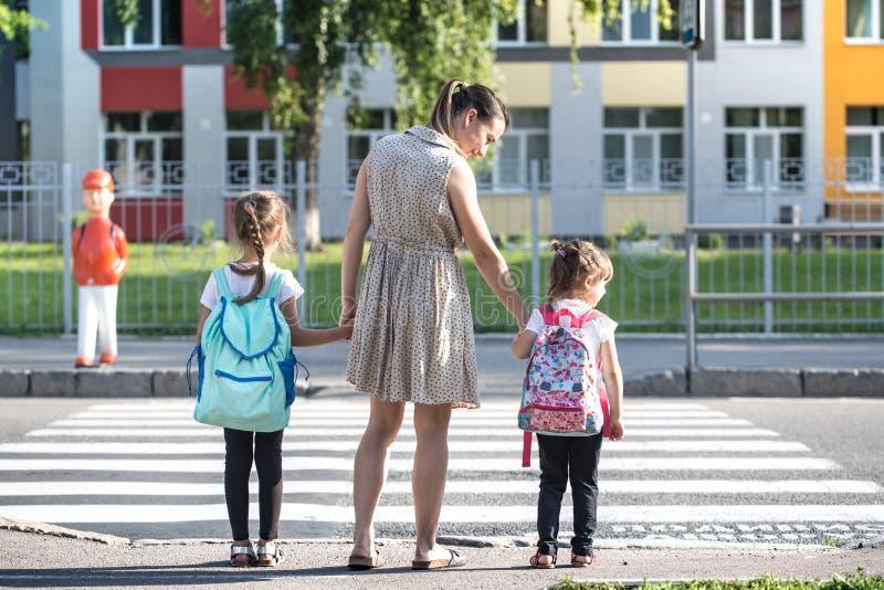 Πίσω στην έννοια σχολικής εκπαίδευσης με τα παιδιά κοριτσιών, στοιχειώδεις σπουδαστές, φέρνοντας σακίδια πλάτης που πηγαίνουν στη στοκ εικόνα με δικαίωμα ελεύθερης χρήσης