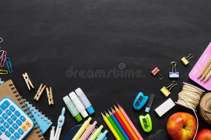 Πίσω στην έννοια σχολικού υποβάθρου Σχολικές προμήθειες σε ένα υπόβαθρο πινάκων κιμωλίας Έννοια υποβάθρου εκπαίδευσης με το copys στοκ φωτογραφία με δικαίωμα ελεύθερης χρήσης