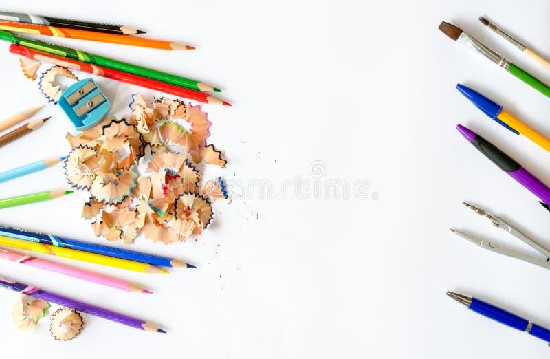 Πίσω στη σχολική έννοια - προμήθειες σχολικών γραφείων στο άσπρο backgro στοκ εικόνες