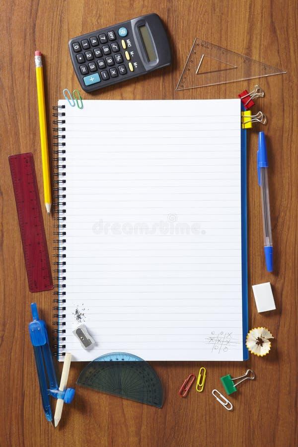 Πίσω στο σημειωματάριο σχολικών μαθητών και στάσιμος στοκ φωτογραφία με δικαίωμα ελεύθερης χρήσης