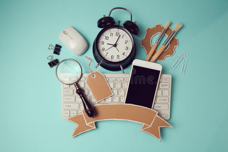 Πίσω στο σχέδιο σχολικών διακριτικών με το smartphone, το πληκτρολόγιο και το ρολόι Δημιουργική εικόνα επιγραφών ηρώων σχεδίου στοκ εικόνες