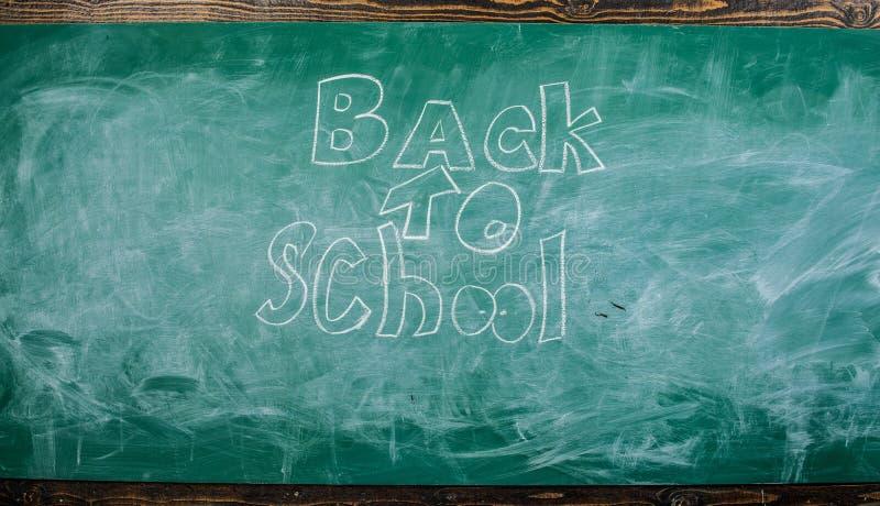 Πίσω στο σχολείο δεν είναι ποτέ αργά για να μελετήσει Πίνακας κιμωλίας με την επιγραφή πίσω στο σχολείο Χρόνος Σεπτεμβρίου πίσω σ στοκ εικόνες