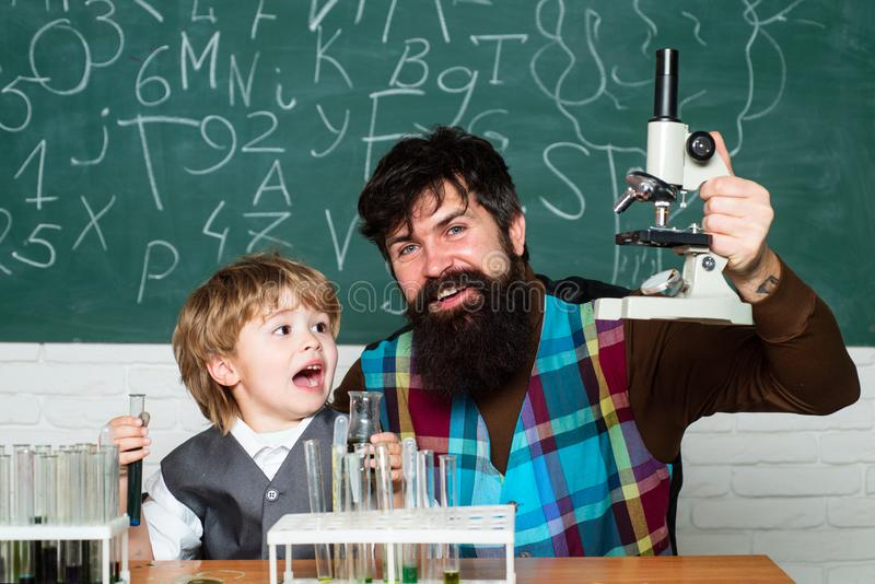 Πίσω στο σχολείο και την έννοια εκπαίδευσης Δάσκαλος και παιδί - που μαθαίνουν στο σπίτι E Μικροσκόπιο και δοκιμή εργαστηρίων στοκ φωτογραφίες