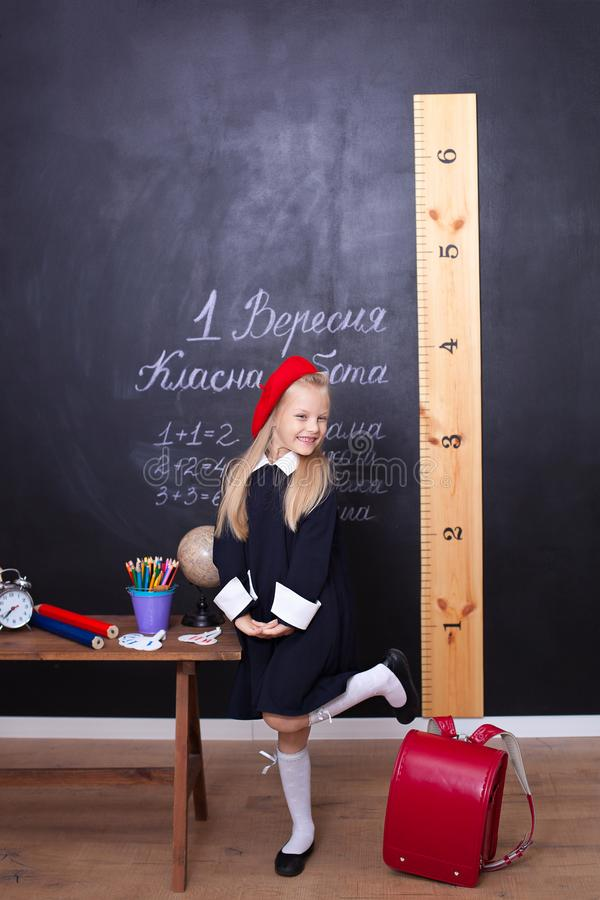 Πίσω στο σχολείο! Το κορίτσι στο σχολείο στέκεται κοντά στον πίνακα Σχολική έννοια Απαντήσεις μαθητριών σε ένα μάθημα Στον πίνακα στοκ εικόνες