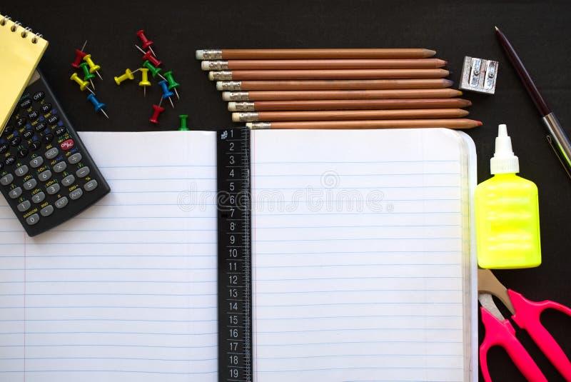 Πίσω στο σχολείο flatlay με τα μολύβια, καρφίτσες χρώματος, μπουκάλι κόλλας, Sc στοκ φωτογραφία με δικαίωμα ελεύθερης χρήσης