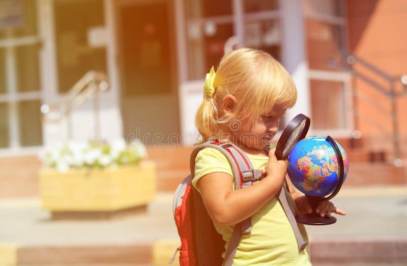 Πίσω στο σχολείο - μικρό κορίτσι στον παιδικό σταθμό ή τη φύλαξη στοκ φωτογραφία