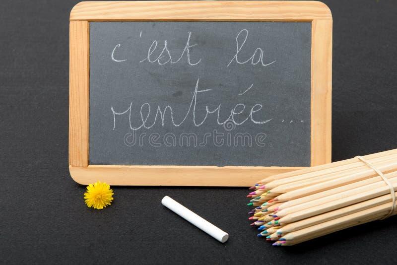 Πίσω στο σχολείο που γράφει σε έναν μικρό πίνακα κιμωλίας στοκ φωτογραφία με δικαίωμα ελεύθερης χρήσης