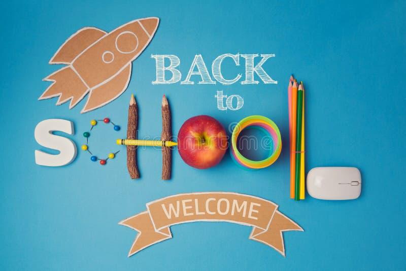 Πίσω στο σχολικό δημιουργικό σχέδιο με το smartphone, το μήλο, τις σχολικές προμήθειες και τον πύραυλο χαρτονιού στοκ φωτογραφίες με δικαίωμα ελεύθερης χρήσης