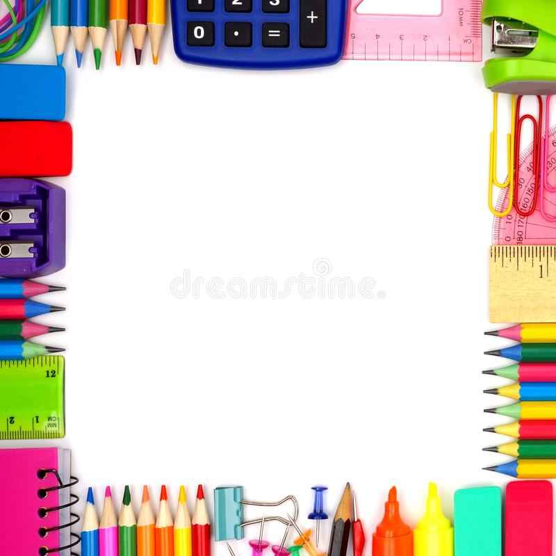 Πίσω στο τετραγωνικό πλαίσιο προμηθειών σχολικών σχολείων πέρα από το λευκό στοκ φωτογραφία με δικαίωμα ελεύθερης χρήσης