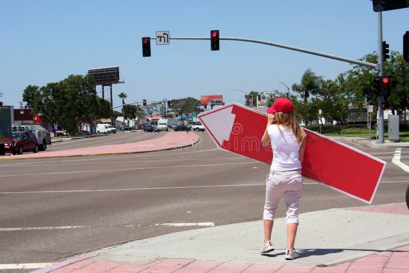 πίσω στροβίλισμα σημαδιών κοριτσιών στοκ φωτογραφία με δικαίωμα ελεύθερης χρήσης