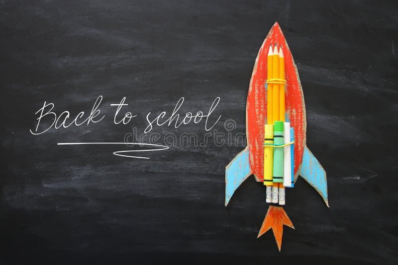 πίσω σχολείο έννοιας Τοπ εικόνα άποψης του χειροποίητων πυραύλου και των σύννεφων χαρτονιού με τα μολύβια πέρα από το υπόβαθρο πι στοκ φωτογραφία με δικαίωμα ελεύθερης χρήσης