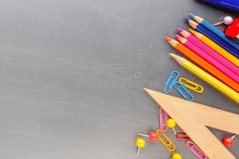 πίσω σχολείο Υπερυψωμένος πυροβολισμός των σχολικών προμηθειών με το χαρτοπώλη στοκ εικόνα