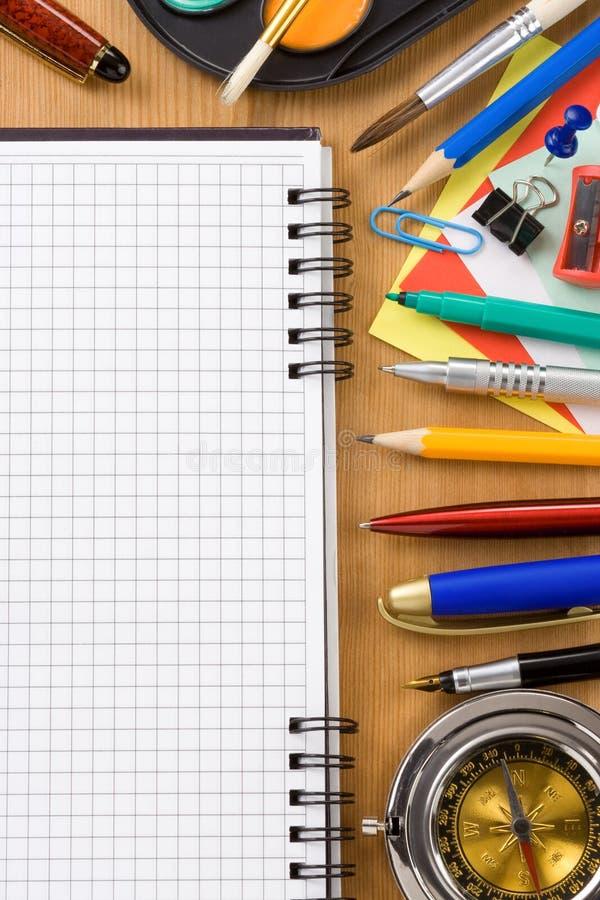 πίσω σχολικές προμήθειες γραφείων έννοιας στοκ φωτογραφία με δικαίωμα ελεύθερης χρήσης