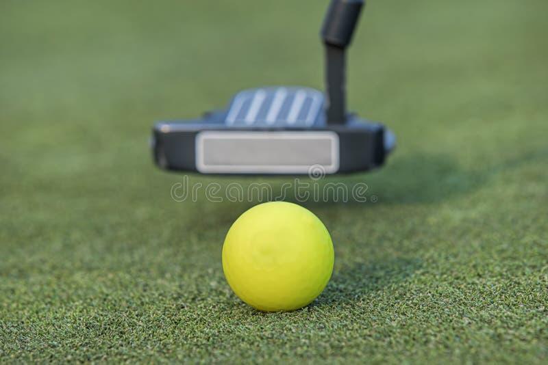 Πίσω ταλάντευση Putter για τη σφαίρα γκολφ στοκ φωτογραφίες