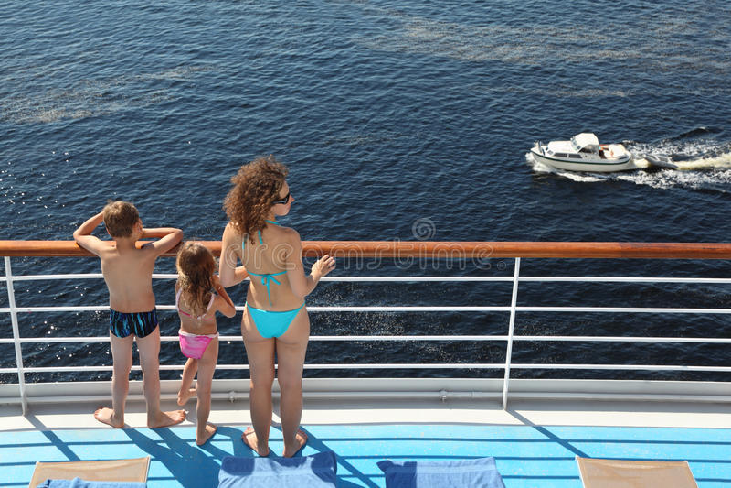 Πίσω της οικογένειας που στέκεται στο κατάστρωμα του πλοίου στοκ φωτογραφίες με δικαίωμα ελεύθερης χρήσης