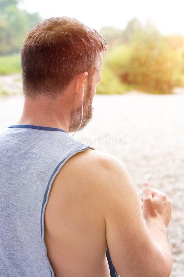 Πίσω του μυϊκού γενειοφόρου jogger υπαίθρια στοκ εικόνες