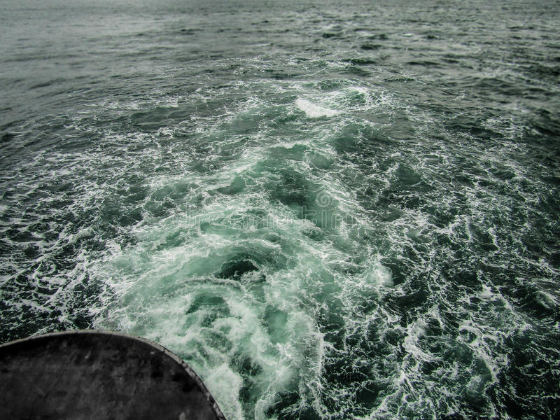 Πίσω του πορθμείου που διασχίζει τον ωκεανό στοκ φωτογραφίες