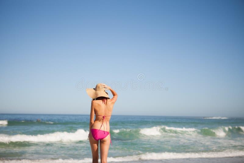 Πίσω όψη μιας νέας γυναίκας στη beachwear στάση μπροστά από στοκ φωτογραφίες με δικαίωμα ελεύθερης χρήσης