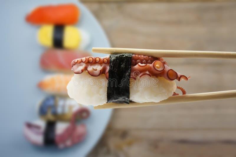 πίσω chopsticks ανασκόπησης σούσια στοκ φωτογραφίες