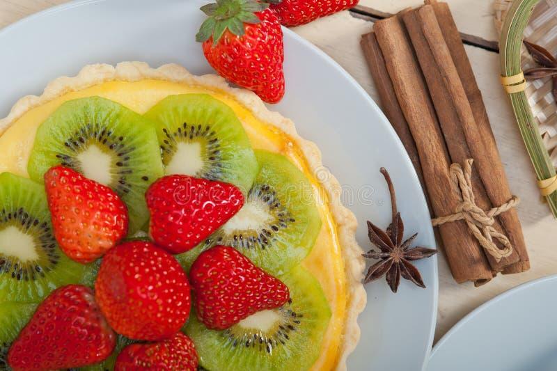 Πίτα ακτινίδιων και φραουλών ξινή στοκ εικόνες