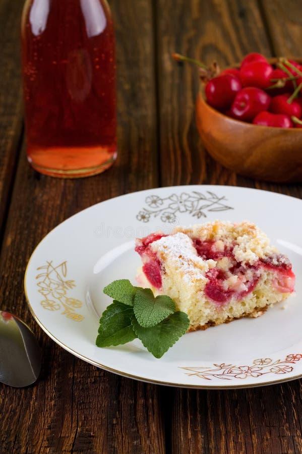 Πίτα γλυκών κερασιών με τα φύλλα χορταριών στο άσπρο πιάτο στοκ φωτογραφία με δικαίωμα ελεύθερης χρήσης