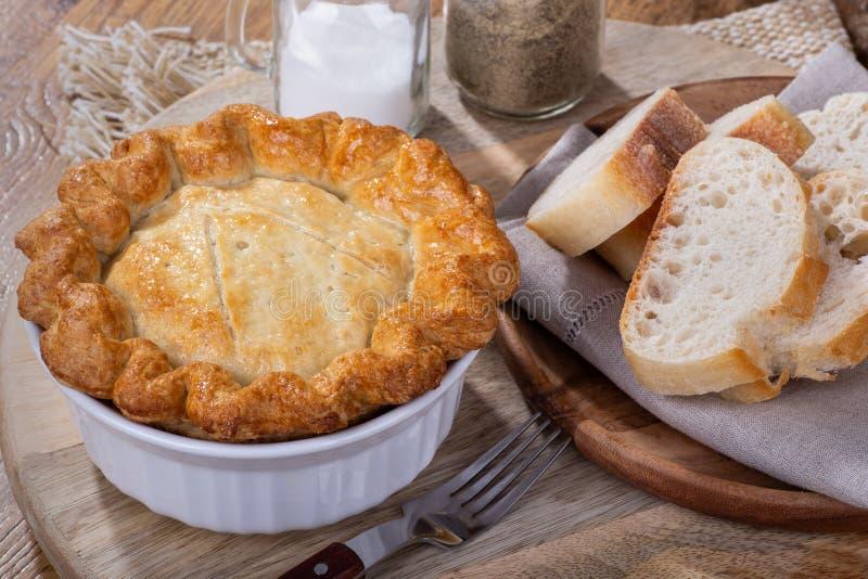 Πίτα δοχείων κοτόπουλου με τη χρυσή κρούστα στοκ φωτογραφία με δικαίωμα ελεύθερης χρήσης