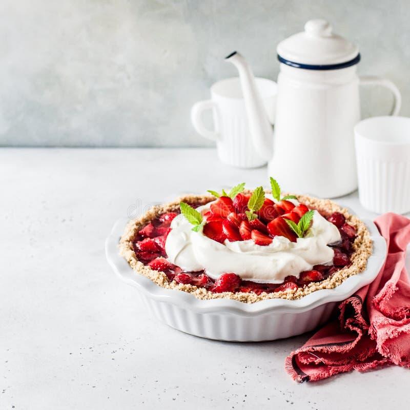 Πίτα ζελατίνας φραουλών με την κτυπημένη κρέμα στοκ φωτογραφία με δικαίωμα ελεύθερης χρήσης